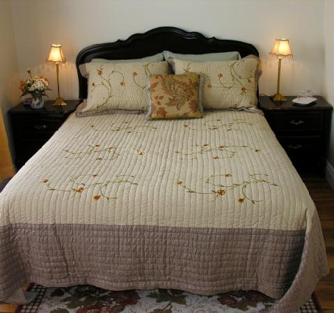 40 Bay Street Bed & Breakfast: Bay Room has queen bed & 3 pce. ensuite