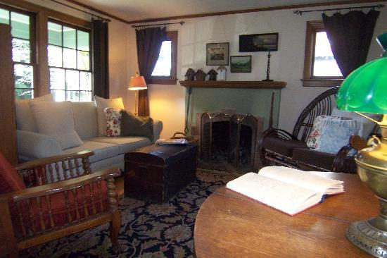 The Green Cape Cod Bed & Breakfast: Sitting room