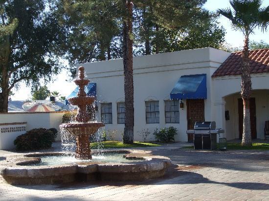 Arizona Golf Resort: Courtyard with BBQ