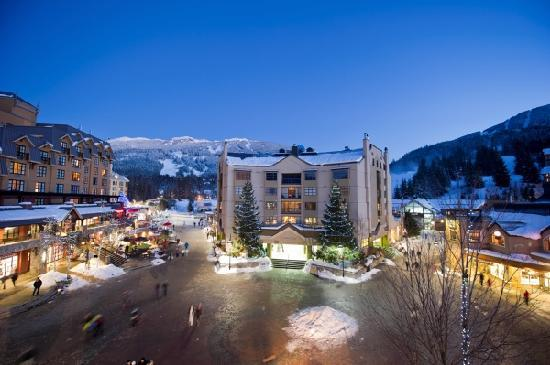 Уистлер, Канада: Skiers Plaza in the Whistler Village