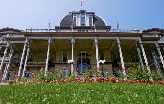 Chautauqua, Νέα Υόρκη: Front of the Athenaeum Hotel with the rose garden in bloom!