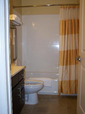 TownePlace Suites Pensacola: Nice bathroom and closet in room #423