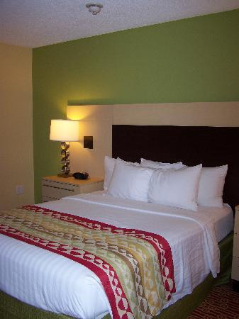 TownePlace Suites Pensacola: Bed w/nightstands - room #423