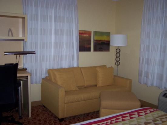 TownePlace Suites Pensacola: Living room area - room #423