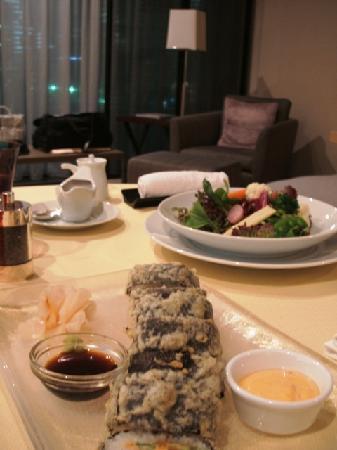 Four Seasons Hotel Tokyo at Marunouchi: ルームサービス