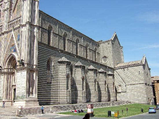 Orvieto, إيطاليا: ドゥオーモ側面
