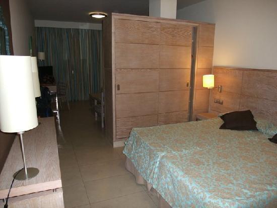 Hotel  Arenas del Mar: bedroom area