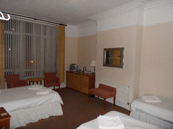 The Stalbridge Guest House: triple ensuite room