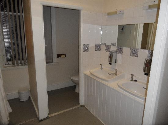 The Stalbridge Guest House: shared bathroom