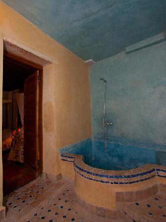 Riad Layalina Fez: Salle de bains chambre lits jumeaux