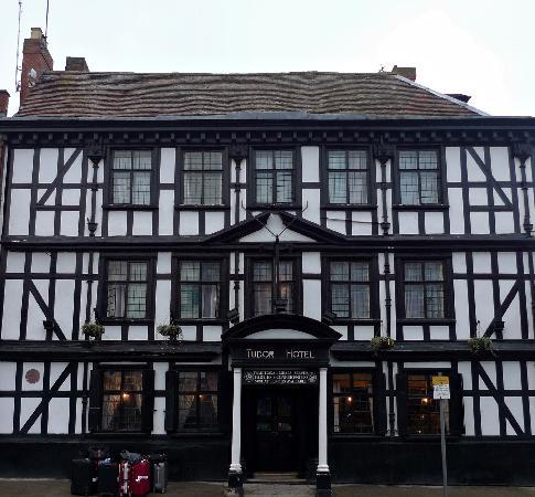 Tewkesbury, UK: Outside Tudor House Hotel
