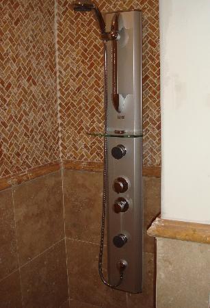 Grinzing Lodge: Full body multi jet power shower