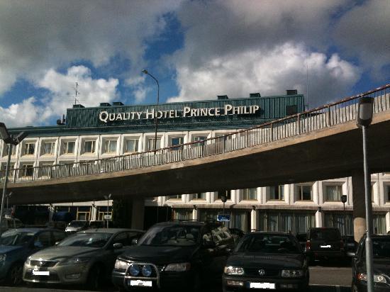 BEST WESTERN PLUS Prince Philip Hotel: Vy över hotellet från parkeringen på baksidan.