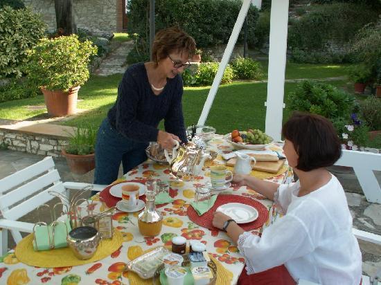 Casale Fontibucci: Patio: la colazione