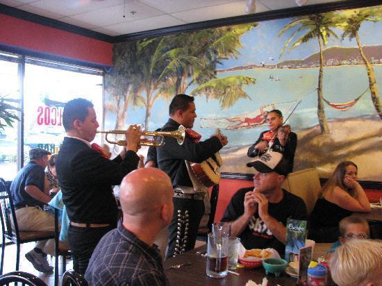 Acapulco's Mexican Restaurant: mariachi night