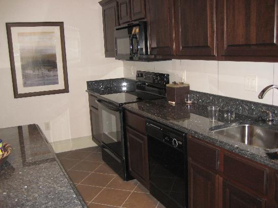 Hotel Blackhawk, Autograph Collection : kitchen in suite