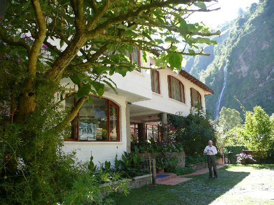Volcano Hotel: desde el hotel se mira y escucha a la cascada
