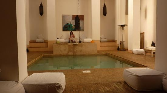 Hotel & Spa Riad Al Jazira : seating areas all round the pool to relax or even have breakfast.