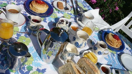 Emu Point B&B: Frühstück im Garten