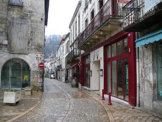 """Le Coureur Indien: We're located in Brantome's pedestrian area, between the wine shop """"Le Vin et Caetera"""" and the t"""