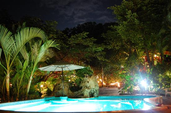 West Bay Lodge and Spa: Night shot of the private pool