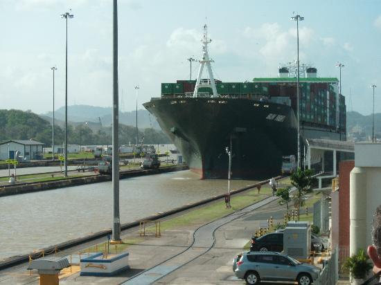 Hotel Playa Blanca Beach Resort: Ship Entering Miraflores Locks
