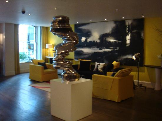 Haymarket Hotel: beautiful lobby with a sheme of yellow and black colours