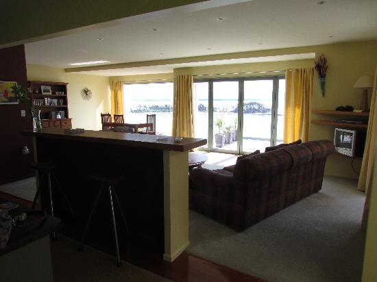 Harbour View Apartments : kitchen/living room with big dining tabel too