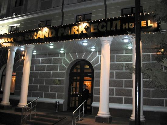 Grand Park Esil: The hotel entrance by night.