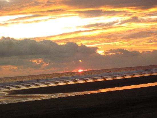 Playa Las Lajas, Panama: sunset from the resort