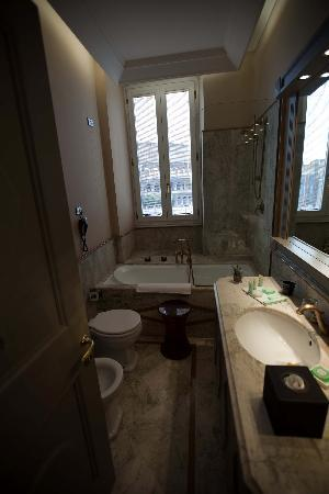 Palazzo Manfredi - Relais & Chateaux: The Bathroom