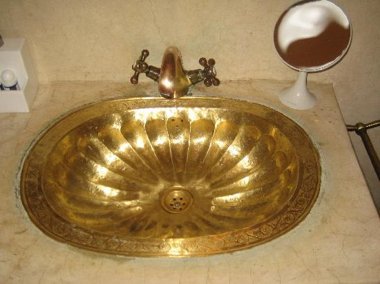 Riad Aguaviva: Brass wash hand basin in Baraka