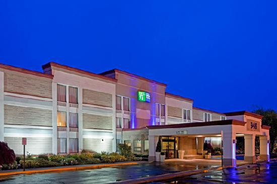 Holiday Inn Express Ramsey-Mahwah: Exterior at Night