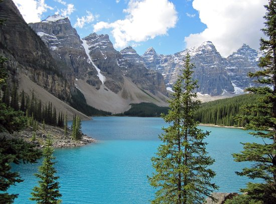 Field, Kanada: Moraine Lake a half hour drive away.