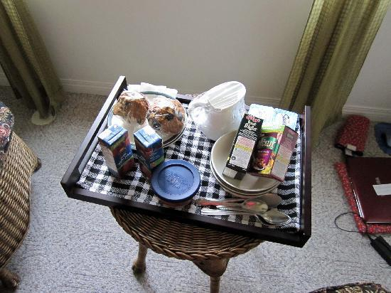 Raven House B&B: Nice breakfast - table a bit small