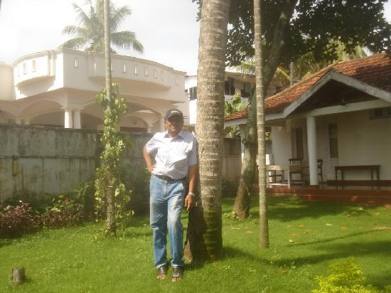 Carl-Dale Backwaters : Another picture taken in the lawn with the accomodation in the background.
