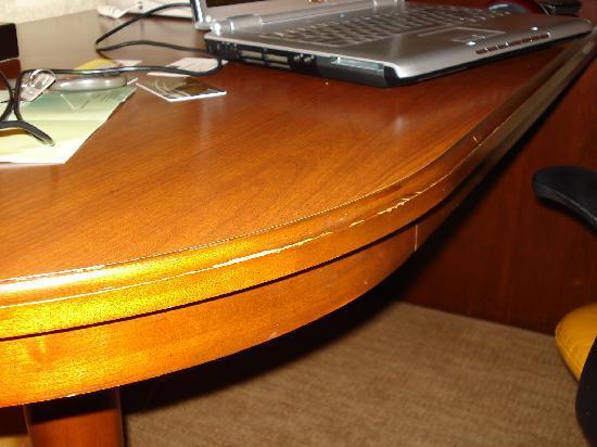 DoubleTree by Hilton Murfreesboro: worn desk