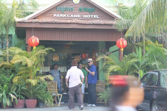 โรงแรมปาร์คเลน: Take photos outside the entrance of the hotel.. for souveneir