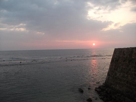 Beach Haven Guest House: Sonnenuntergang auf der Festungsmauer