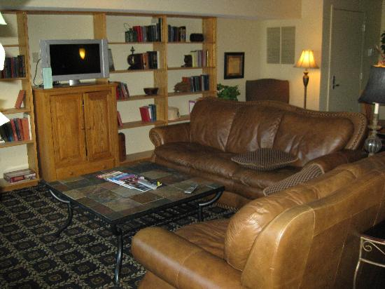 Bluegreen Vacations South Mountain, Ascend Resort Collection: Comunity room with real fireplace. Free WiFi.