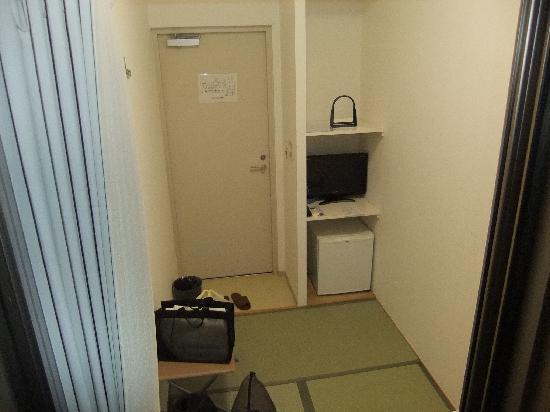 Hotel Accela: 入り口側に棚があって冷蔵庫、テレビがある