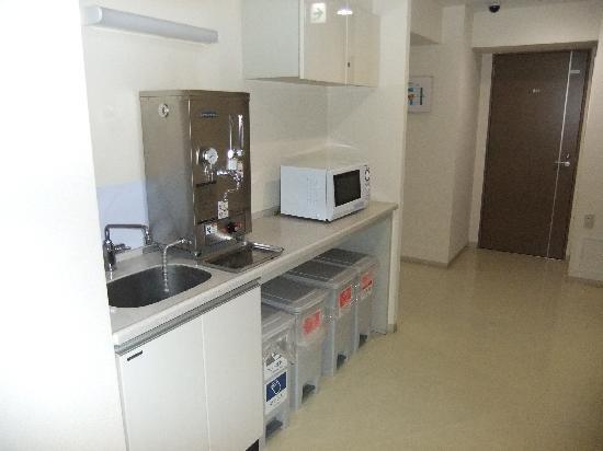 Hotel Accela: 8階にあった流しと電子レンジ、給湯器