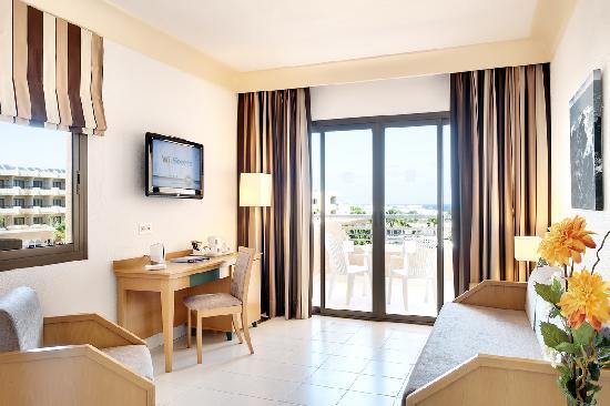 Occidental Lanzarote Mar: Salón de 'Familiar Superior' / Family Superior Room' lounge area