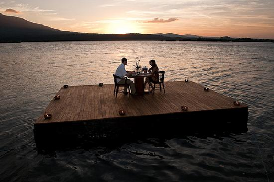 جيكارو أيلاند إكولودج: Enjoy romantic dinners under the stars out on our floating deck
