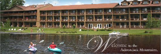 Water's Edge Inn: Hotel from the lake.