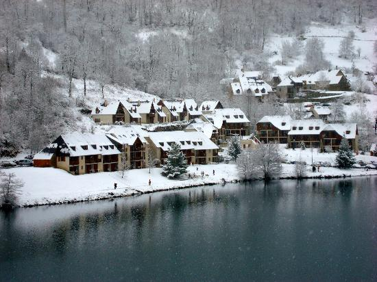 Nemea Residence La Soulane: La résidence vue de l'autre rive du lac