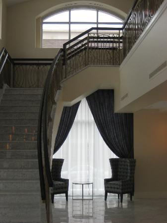 Hotel Blackhawk, Autograph Collection : petite staircase in front lobby