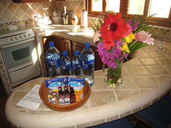 Pelican Eyes Resort & Spa: Fresh flowers in the kitchen