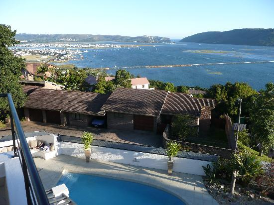 Villa Afrikana Guest Suites: View from room terrace to Knysna bay
