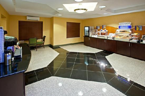 Holiday Inn Express and Suites Indianapolis East: Breakfast Station